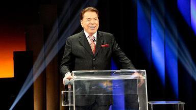 Silvio Santos de pé, no palco do Troféu Imprensa