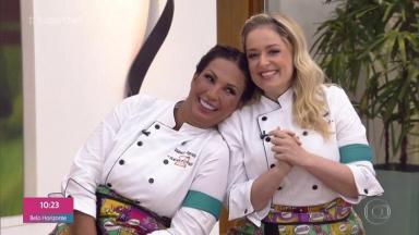 """Valesca Popozuda, sorri com a cabeça no ombro de Luciana Vendramini, também sorrindo, durante participação no """"Superchef: Celebridades"""" do """"Mais Você"""""""