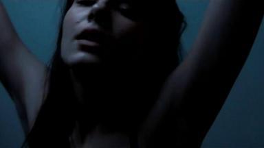Cena de Verdades Secretas 2 com Angel de olhos fechados e braços levantados