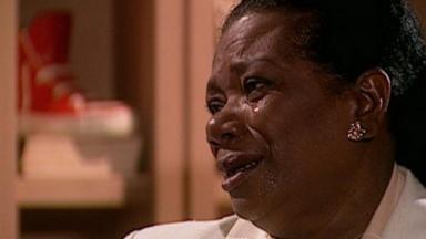 Neusa Borges chorando em cena de O Clone, ela é uma veterana que busca espaço na TV