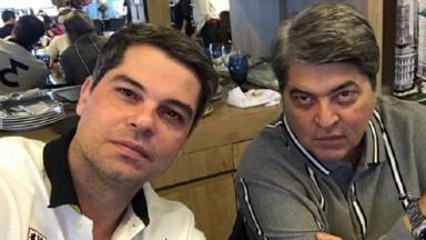 Vicente Datena, sentado, tira selfie ao lado do pai, José Luiz Datena