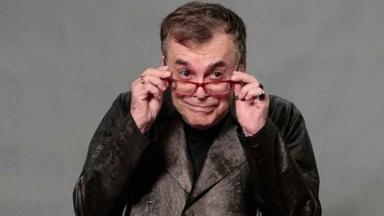 Walcyr Carrasco posa para foto com as mãos nos óculos