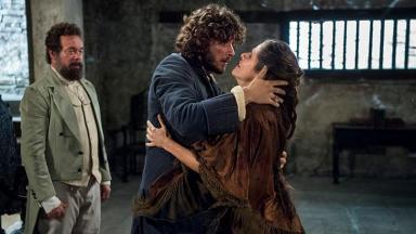 Joaquim e Elvira se abraçam emocionados
