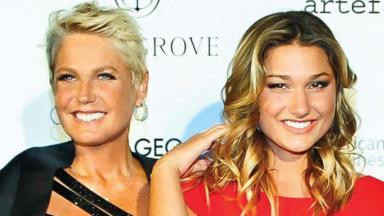Xuxa e Sasha lado a lado sorrindo para foto