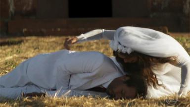 Amadeu caído no chão e Maria do Paz ao lado