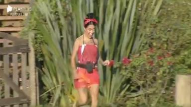 Na área externa, MC Mirella corre para pegar sapo em A Fazenda 2020