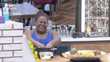 Na cozinha, Jojo Todynho chora ao cortar cebola em A Fazenda 2020