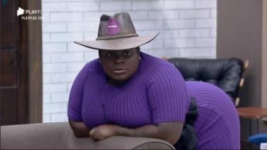 Na sala, Jojo Todynho com seu chapéu de fazendeira de A Fazenda 2020
