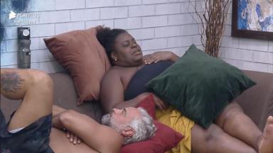 Na sala, Jojo está deitada no sofá com Mateus Carrieri em A Fazenda 2020