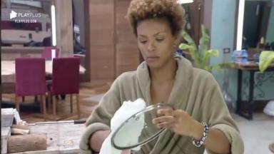 Lidi Lisboa lavando prato