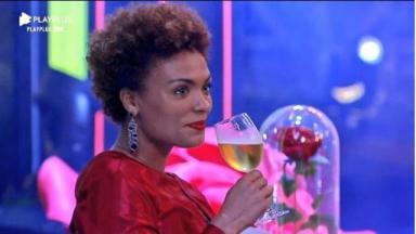 Na pista de dança, Lidi Lisboa segura uma taça com bebida em A Fazenda 2020