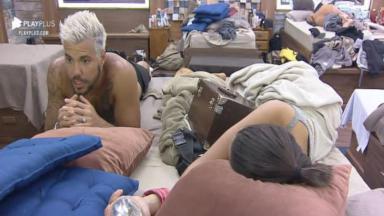 No quarto, Lipe Ribeiro conversa com Victória Villarim que está deitada na cama em A Fazenda 2020