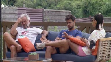 Na área externa, Mateus conversa com Mariano e Jake em A Fazenda 2020