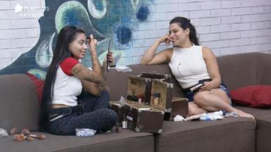 Na sala, MC Mirella conversa com Raissa Barbosa em A Fazenda 2020