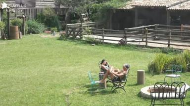 Na área externa, Mirella desabafa com Juliano Ceglia em A Fazenda 2020