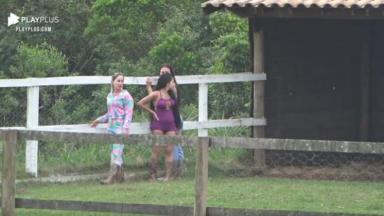 Na área dos animais, Carol conversa com Victória e Mirella em A Fazenda 2020