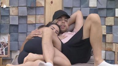 Raissa e Lucas abraçados na cama em A Fazenda 2020