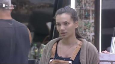Na cozinha, Stéfani Bays se demonstra surpresa com Biel em A Fazenda 2020
