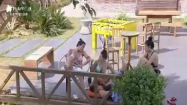 Na área externa, Victória, Raissa, Mirella e Luiza conversam em A Fazenda 2020