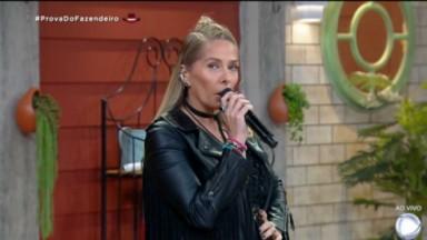 Adriane Galisteu apresentando A Fazenda