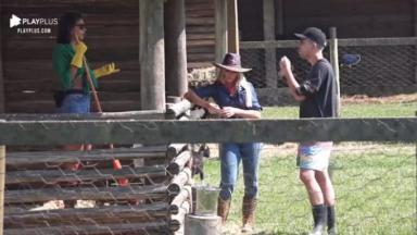 Na área dos animais, Jakelyne Oliveira conversa com Carol Narizinho e Lucas Maciel em A Fazenda 2020