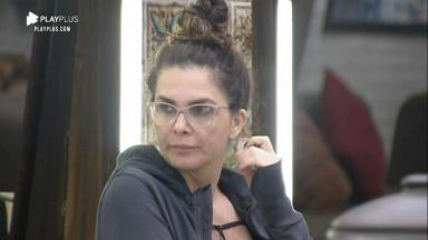 Luiza Ambiel desconfiada no quarto de A Fazenda 2020
