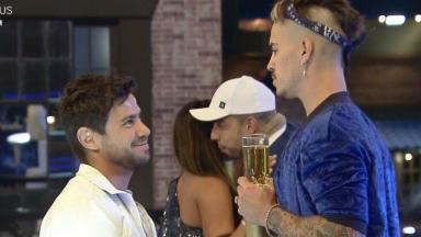 Mariano conversando com Biel durante festa