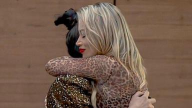 Raissa e Carol Narizinho se abraçam na sala da sede