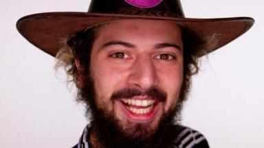 Lucas Cartolouco posado com chapéu de fazendeiro