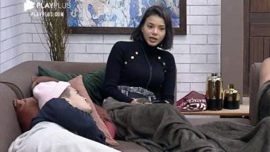 Jakelyne no sofá, conversando com Biel