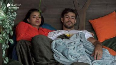 Jakelyne e Mariano conversando na casa da árvore em A Fazenda 2020