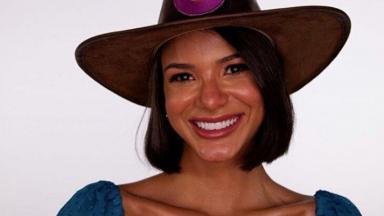 Jakelyne Oliveira com chapéu de fazendeira