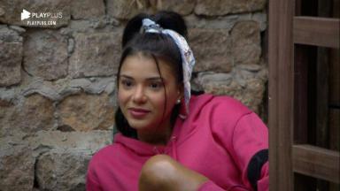 Jakelyne Oliveira de rosa com lenço na cabeça