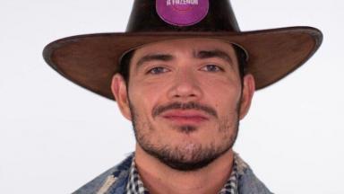 JP Gadêlha posado com chapéu de fazendeiro