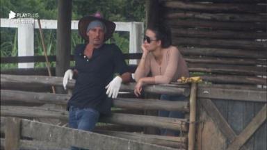 Na área externa, Julia conversa com Victória em A Fazenda 2020