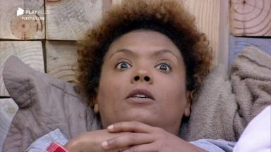 Lidi Lisboa, assustada, deitada no quarto de A Fazenda 2020