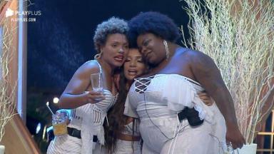Lidi Lisboa, Stéfani Bays e Jojo Todynho abraçadas na festa