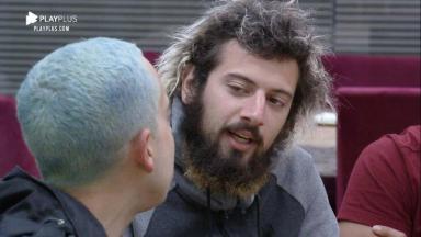 Lucas Cartolouco conversando com Lucas Maciel na cozinha de A Fazenda 2020