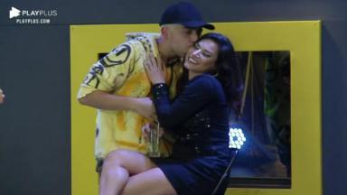 Na pista de dança, Lucas Maciel dá um beijo no rosto de Raissa Barbosa em A Fazenda 2020