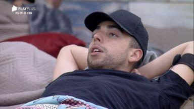 Lucas Maciel deitado na cama