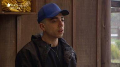 Lucas Maciel, de boné azul e com casaco, aparece tenso em A Fazenda 2020