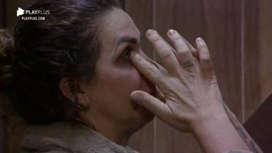 Luiza Ambiel chorando com as mãos nos olhos