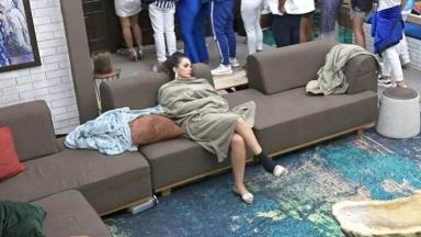 Luiza Ambiel dormindo no sofá da sala