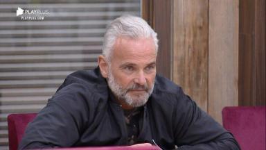 Mateus Carrieri aparece sentado na mesa de A Fazenda