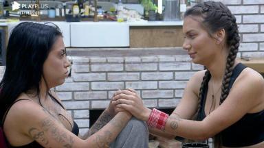 MC Mirella e Stéfani Bays de mão unidas, trocando olhares