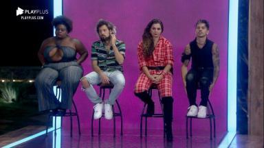 Jojo, Cartolouco, Luiza e Biel sentados nos banquinhos de roceiros