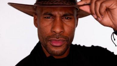 Rodrigo Moraes posado com chapéu de fazendeiro