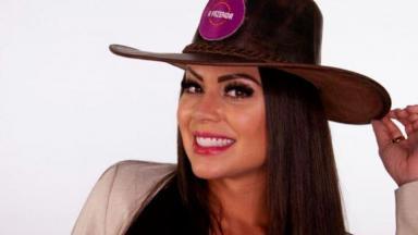 Victória Villarim com chapéu de fazendeiro
