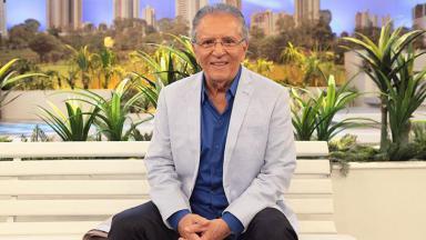 Carlos Alberto sentado no banco da Praça