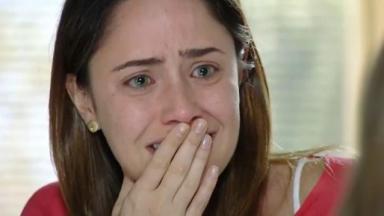 Cena de A Vida da Gente com Ana chorando com a mão na boca